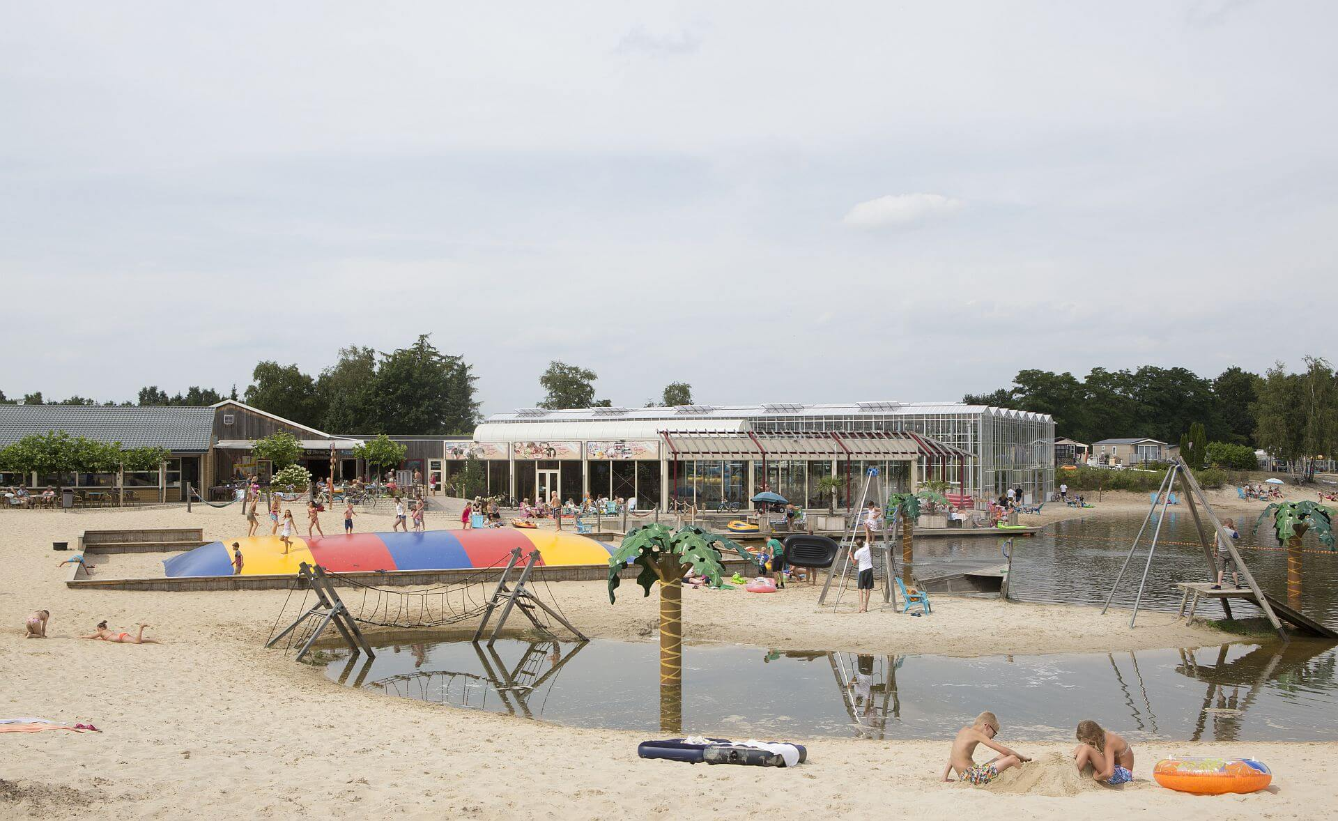 Vakantie in overijssel bij vakantiepark het stoetenslagh vakantiepark het stoetenslagh - Zwembad met strand ...